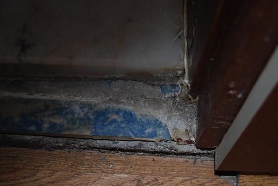 Turvan Hotel: Salida de la puerta del baño