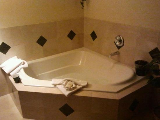 Oxford Suites Spokane Valley: Soaker tub in premium suite