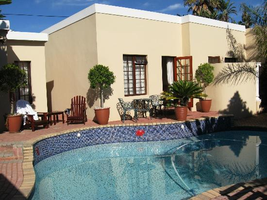 Kingfisher GuestHouse: A unit and the pool at Kingfisher