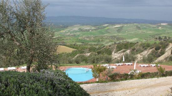 Belmonte Vacanze: Vista sulla piscina e vallata