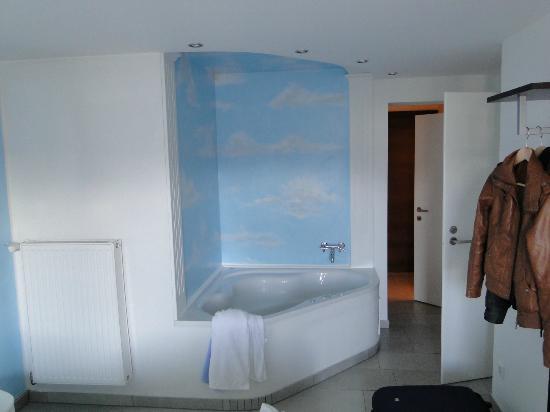 Motel Checkin-24: El jacuzzi en la habitación
