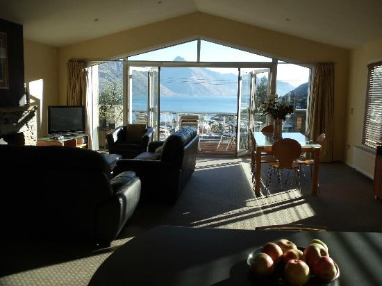 Queenstown House Boutique Bed & Breakfast & Apartments : Suite, balcony and view