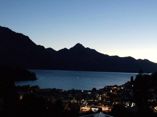 ‪كوينزتاون هاوس بوتيك بد آند بريكفاست آند أبارتمنتس: Queenstown at night (view from the hotel)‬
