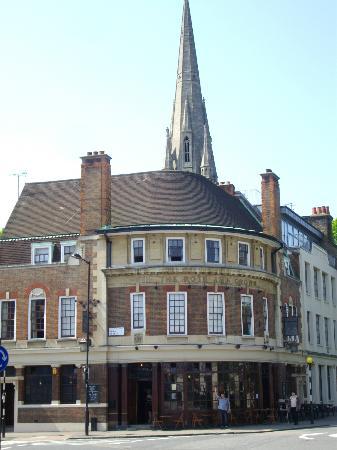 Rose and Crown Stoke Newington: vue du pub et des chambres depuis la rue