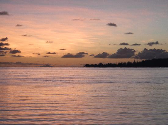 Bora Bora Fishing Paradise Lodge : coucher de soleil sur la passe de Bora Bora
