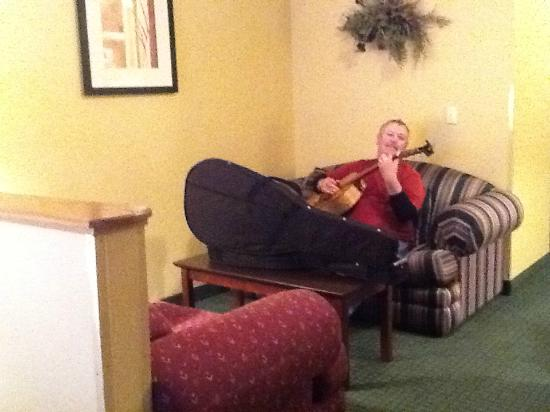 Best Western Sawtooth Inn & Suites: Room for rock stars to practice in a sitting area