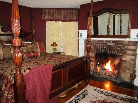 1889 WhiteGate Inn & Cottage: The romantic Robert Frost Room