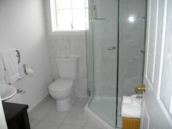 Brantome Villa: Modern Sparkling Bath