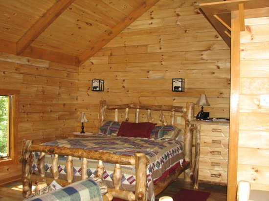 Lydia Mountain Cabins: Bed in Mountain Paradise