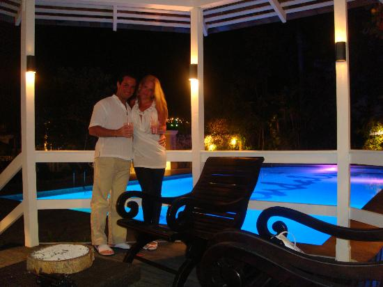 Sandals Royal Caribbean Resort and Private Island: A CENAR EN LOS JARDINES DEL HOTEL