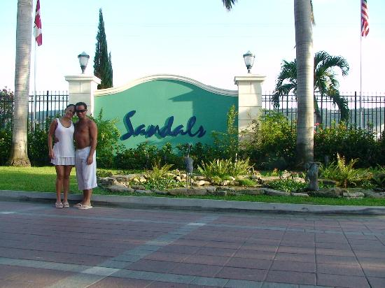 Sandals Royal Caribbean Resort and Private Island: EN LA ENTRADA DEL HOTEL