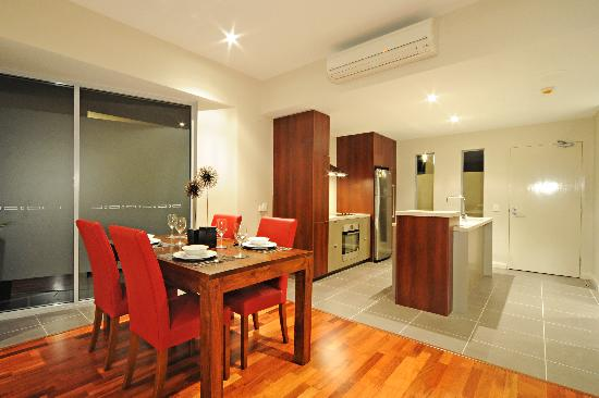 Whitsunday Reflections: 1 bed room dining and kitchen