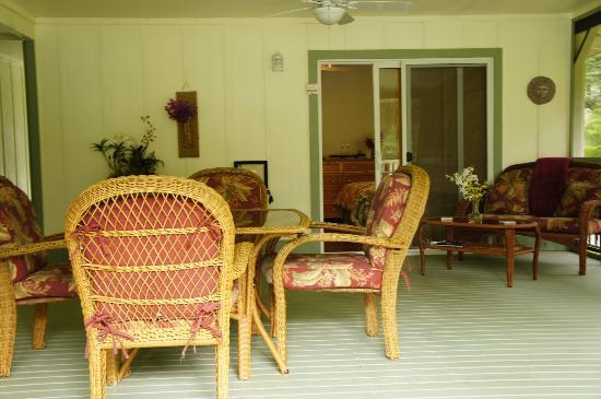 The Ohia House: Patio/Front porch