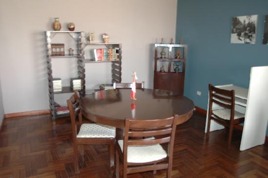 Buena Vista Hostal: Small library