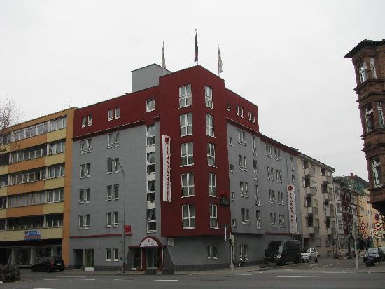H+ Hotel Mannheim: Ramada von außen