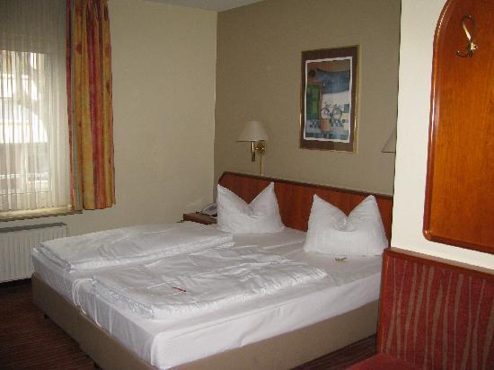 H+ Hotel Mannheim: Bett