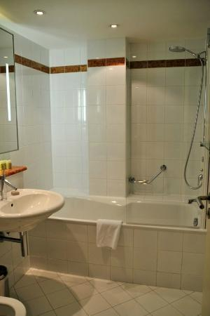 Maximilian Hotel: Nice and clean bathroom