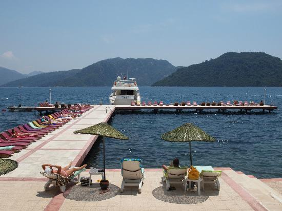 Marmaris Park: The jetty and boat that sits at the end, also more sunbeds