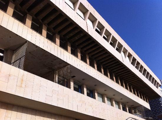 Leonardo Art Tel Aviv: Very run down fassade