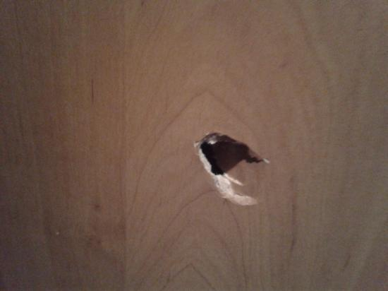 Clubhotel Petit Palais: hole in the door, we did not cause it!