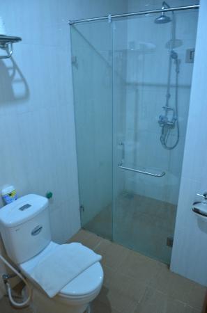 ฮานอย เทรียมพาล โฮเต็ล: Shower area