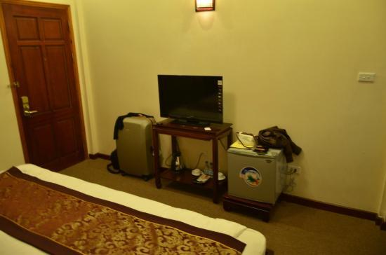 Hanoi Triumphal Hotel : TV console area