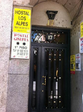 Hostal Los Alpes: entrata dall'esterno su calle Fuencarral