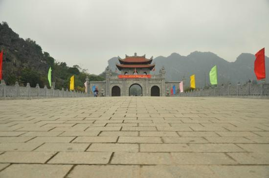 Tam Coc Tours: Entrance to temple at Hoa Lu