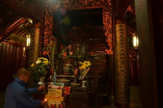 Hoa Lu - Tam Coc Day Tour: Inside the temple at Hoa Lu