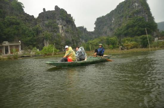 Hoa Lu - Tam Coc Day Tour: Row row row your boat.. Gently with your FEET..!!