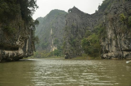 Hoa Lu - Tam Coc Day Tour: Down the river..