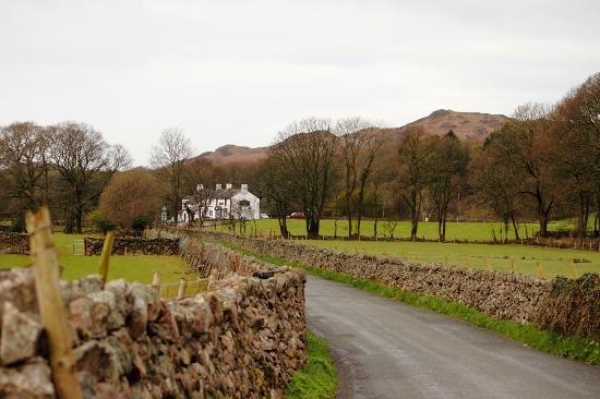 King George IV Inn: Road leading up to the Inn