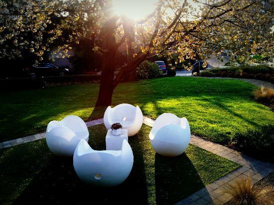 Hotel Le Cote Vert : Beautiful front lawn