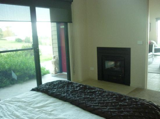 Glen Eagles Estate Farmstay Bed & Breakfast: fireplace facing the bedroom and living room!