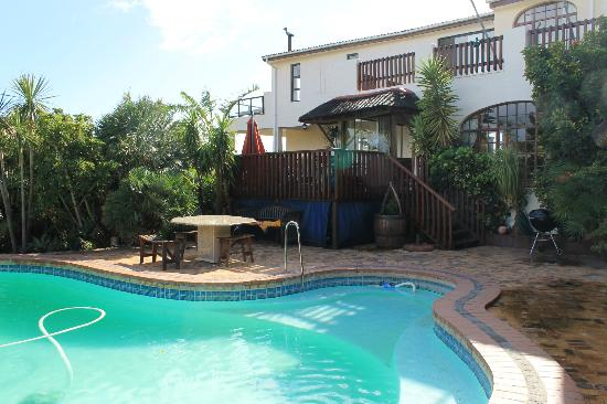 Gordons Bay Guesthouse: Pool & garden