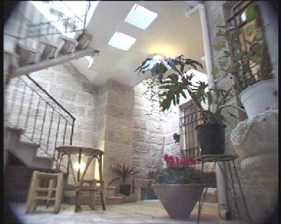 Avissar House: The Jerusalem stone Patio