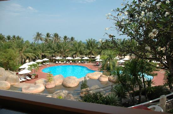 Phu Hai Resort: Terrific pool with waterfall