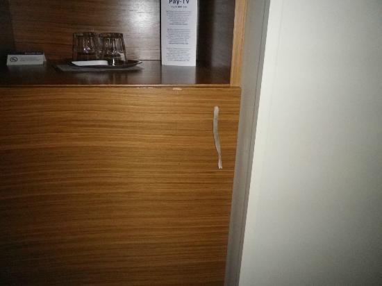 Tallink City Hotel : Tirador del minibar (algunos cajones lo tenían asi)