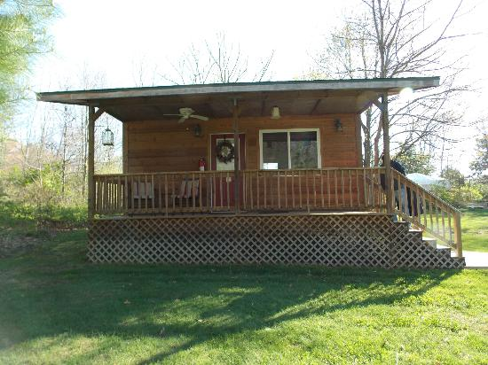 Bowman's Oak Hill Bed & Breakfast: Front view of Cabin
