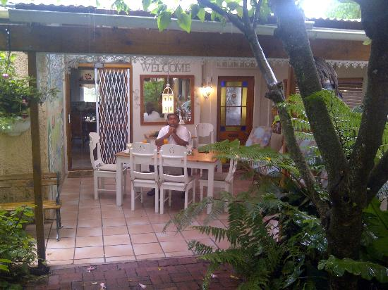 Coral Guest Cottages : lovely breakfasts on the veranda