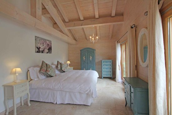 Chalet365 - Chalet Falcon: Spacious en-suite bedrooms beautifully decorated