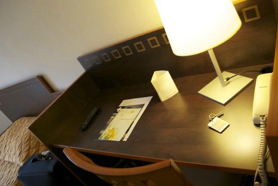 Adagio Access La Defense Place Charras: Desk