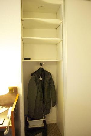 Adagio Access La Defense Place Charras: Closet