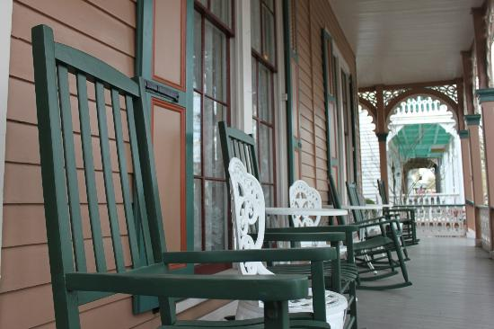 The Mason Cottage Bed & Breakfast Inn: Relaxing on the front porch