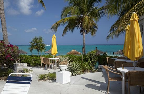 Sibonne Beach Hotel: View from the inner courtyard of dining area and beach
