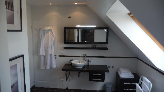 Le Clos du Cap : Salle de bain - baignoire et douche -  L'Orientale