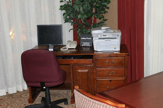 Hampton Inn Litchfield : Business center with complimentary Internet and printer