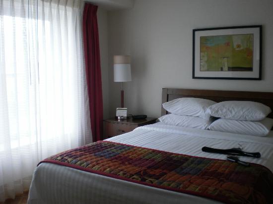 Residence Inn Toronto Mississauga/Meadowvale: Sleeping area Marriott comfort and large windows
