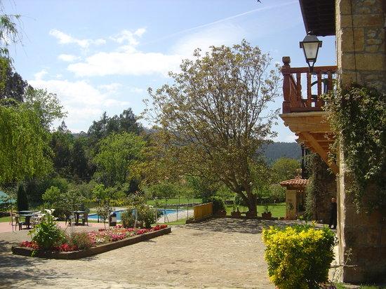 Novales, España: jardin y casona