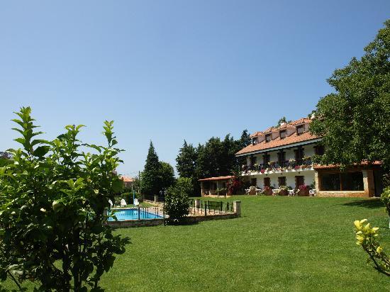 Novales, Spania: jardin y piscina